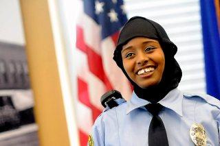 Kadra Mohamed (21 tahun), Polwan pertama di kepolisian St Paul yang diperbolehkan berjilbab. (lewslocker.com)