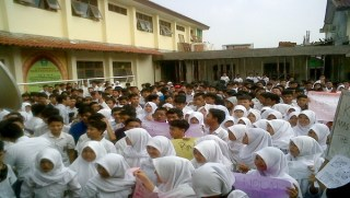 Siswa MAN I Bogor melakukan protes, Rabu (5/3) - Foto: okezone.com