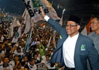Ketua Umum DPP Partai Kebangkitan Bangsa (PKB), Muhaimin Iskandar melambaikan tangan kepada pendukungnya saat kampanye terbuka di Istora Senayan, Jakarta - Foto: tempo.co