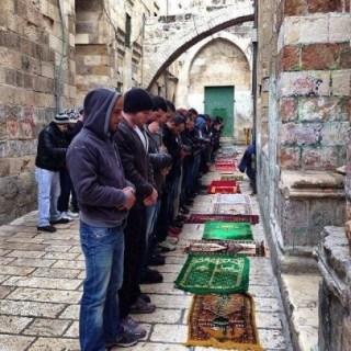 Warga Palestina terpaksa shalat Jumat di gang-gang sekitar Mesjid Al-Aqsa (paltimes)