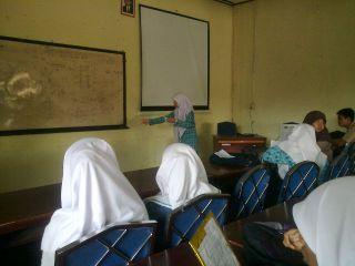 Peserta Lomba Baca Puisi FLS2N Tingkat Kota Padangpanjang menunjukkan kemampuannya membaca puisi, Kamis (3/4), di aula Dinas Pendidikan Kota Padangpanjang. (Foto: IST/FAM)