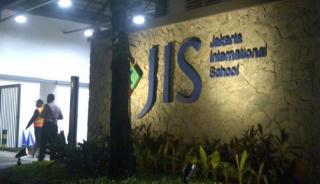 Suasana Jakarta International School dari luar gedung -  (VIVAnews/Siti Ruqoyah)