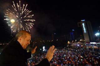 Erdogan menyampaikan pidato  di depan pendukungnya seusai kemenangan AK-Parti (tmnews.it)