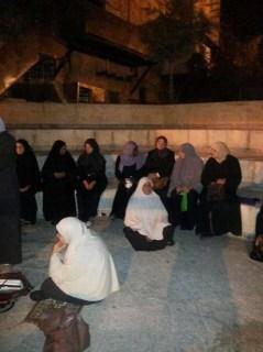 Muslimat Palestina yang tidak dapat masuk ke Masjid Al-Aqsha