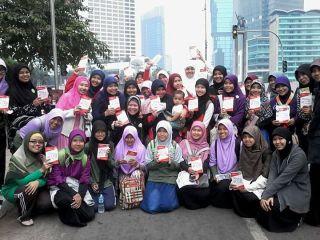 "Komunitas One Day One Juz menggelar acara NgaOS 'Ngaji On the Street' dan membagikan buku ""Mengenal & Mewaspadai Penyimpangan Syi'ah di Indonesia"" , Ahad (11/5) - Foto: Fiaz Ishlahi / ODOJers"