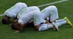 Pemain-pemain Aljazair rayakan gol ke gawang Belgia. Selasa (17/6/14).  (@BBCIndonesia)