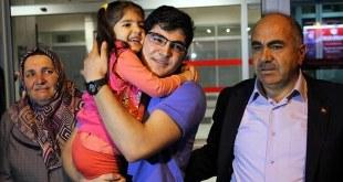 Emre Gurbuz disambut keluarga saat tiba di bandara (akhbaralaalam.com)