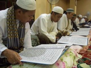 Membaca Al-Quran (ilustrasi).   (hasrulhassan.com)