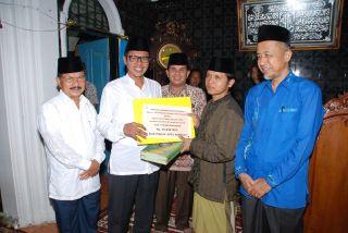 Gubernur Irwan Prayitno menyerahkan bantuan uang sebesar Rp 20 juta, 31 Al Qur'an dan 20 terjemahan kepada Masjid Raya Toboh Nagari Toboh Kecamatan Kampung Dalam Kab Padang Pariaman, Senin malam (30/6/14). (erwin fs)