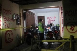 Seorang anggota kepolisian mengecek kerusakan yang terjadi di kantor TV One Biro Yogyakarta, Rabu (2/7) malam (antara/republika)