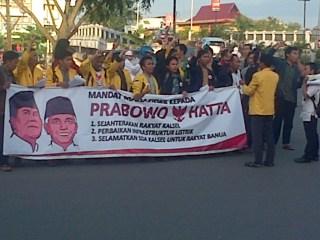 Ratusan mahasiswa yang tergabung dalam Koalisi Mahasiswa Kalimantan Selatan ikut bergabung bersama barisan mahasiswa Indonesia mempercayakan suaranya pada Prabowo-Hatta di jalan poros Siring Sungai Martapura seberang Masjid Raya Sabilal Muhtadien, Sabtu 5/7/14.  (aisy)