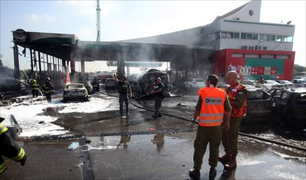 Roket Al-Qassam berhasil menghancurkan sebuah pom bensin di Ahdod (28 kilometer dari Gaza), Jum'at (11/7/2014). (Aljazeera)
