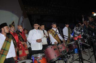 Gubernur Sumbar Irwan Prayitno membuka acara Parade Bedug Sumarak awal Syawal 1435 H di halaman masjid Raya Sumbar, Minggu 27/7/14.  (erwin fs)