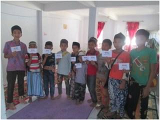 Penerima Beasiswa Ceria  di Desa Tigaherang, Kecamatan Rajadesa, Kabupaten Ciamis. Jumat 8/8/14.  (sayasih/rz)