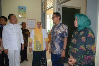 Gubernur Sumbarmelakukan kunjungan  , Irwan Prayitno saat melakukan kunjungan di dua puskesmas yang ada di Pasaman Barat. Sabtu, 16/8/14.  (erwin fs)
