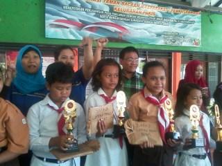 Siswa pemenang lomba menulis cerita berfoto bersama usai Jambore Literas., Kota Surabaya, Sabtu (23/8). (FAM)