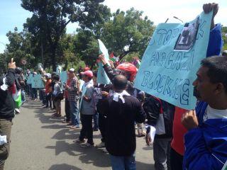 Komunitas motor dari berbagai wilayah di Jabodetabek melakukan Aksi Puasa Bicara, Rabu 6/8/14.  (solidatorgaza)