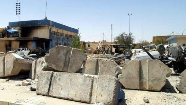 Pusat keamanan di Tikrit yang hancur pasca serangan pasukan ISIS, Juli 2014. (Associated Press)