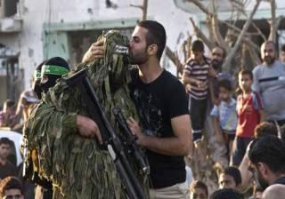 Seorang warga mencium penembak jitu Brigade Al-Qassam (Today's Opinion)