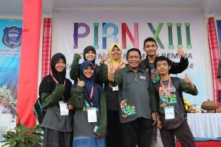 Siswa SMP-SMA IT Bina Umat berfoto bersama Bupati Wakatobi Ir. Hagua saat pembukaan PIRN 2014