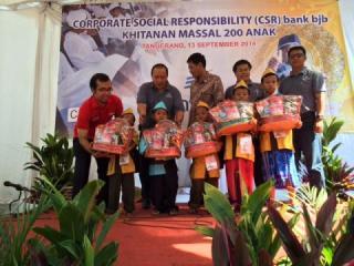 Khitanan Masal yang di gelar PKPU dan Bank BJB Cabang Balaraja Tangerang, Sabtu (13/9/14).  (izal/kis/pkpu)
