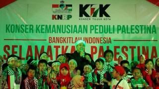 Artis reliji sekaligus Duta KNRP bernyanyi bersama anak-anak di Konser Kemanusiaan Peduli Palestina di Hotel Surya Duri Bengkalis Riau, Ahad (14/9/14).  (KNRPMedia)