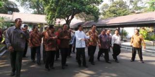 Presiden Jokowi mengajak Plt Gubernur DKI Jakarta Basuki Tjahaja Purnama (Ahok) keliling Istana.  (kompas.com)