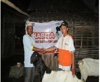 Penyerahan Kambing Perah Etawa kepada salah satu peternak.  (mtn)