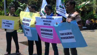 Aksi oleh Kesatuan Aksi Mahasiswa Muslim Indonesia (KAMMI) Wilayah Jawa Timur, Grahadi, Surabaya.  (Erna Dwi Susanti/KAMMI)