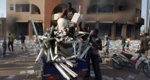 Unjuk rasa yang disertai aksi-aksi penjarahan di Burkina Faso (news.sky.com)