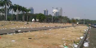 Sampah berserakan di kawasan Monas usai digelarnya Pesta Rakyat.  (Kompas.com)