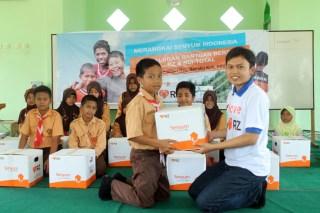 Penyerahan bantuan untuk masyarakat di Desa Semoi Dua, Kec. Sepaku, Kab. Penajam Paser Utara, Kalimantan Timur. (sari/rz)