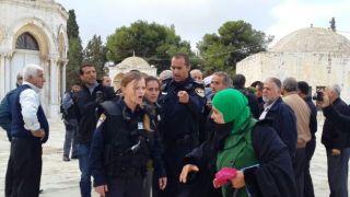 Muslimah Al-Quds mempertahankan Masjid Al-Aqsha dari penistaan yang dilakukan penjajah Israel (felesteen.ps)