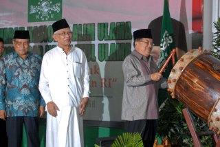 Munas dan Konbes PBNU : Wakil Presiden Jusuf Kalla (kanan) di dampingi Ketua Umum PBNU Said Aqil Siraj (kiri), Rois Aam PBNU Ahmad Mustofa Bisri (tengah) saat  pembukaan Musyawarah Nasional Alim Ulama dan Konferensi Besar Nahdlatul Ulama 2014 di Kantor PBNU, Jakarta, Sabtu (1/11). Forum tersebut di hadiri oleh jajaran PBNU serta pengurus se Indonesia. (PUTU WAHYU RAMA/RM/RMOL)
