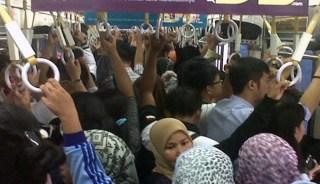 Angkutan Umum masih menjadi tempat yang rawan terjadinya aksi kejahatan bagi kaum perempuan. (terasjakarta.com)