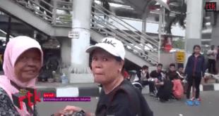 Seorang misionaris sedang membujuk seorang ibu agar mempercayai Yesus sebagai Tuhan di acara Car Free Day, Jakarta. (Youtube)