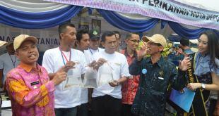 Walikota Depok, Nur Mahmudi Ismail saat mengunjungi pameran budidaya ikan hias, Depok, Kamis (6/11). (pks.or.id)