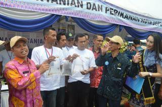 Walikota Depok saat mengunjungi pameran budidaya ikan hias, Depok, Kamis (6/11). (pks.or.id)