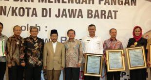 Penyerahan sertifikat halal untuk industri kecil dan menengah di Bale Asri Pusdai Jabar Jl. Diponegoro No. 63 Bandung, Selasa (9/12). (pks.or.id)