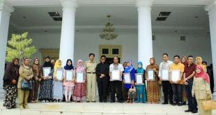 Gubernur Sumatera Barat, Irwan Prayitno foto bersama pelaku UMKM usai acara penyerahan sertifikat halal di Istana Gubernuran, Padang, Rabu (14/1). (IST)