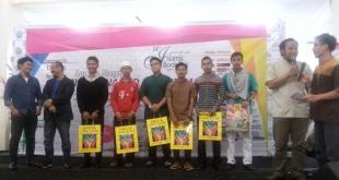 Pemenang Idola Nasyid Indonesia 2015 sedang berfoto bersama usai menerima hasil keputusan dewan juri dan bingkisan dari Depok Town Square, Ahad (23/2)