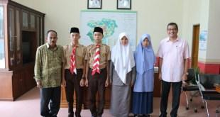 Walikota Riza Falepi bersama Kadisdik Hasan Basri Sy lepas 4 siswa Hafiz Quran yang akan bertolak ke Mekkah untuk menunauikan ibadah Umrah. (Rifki Payobadar)