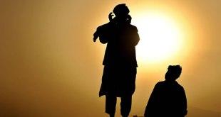 Ilustrasi - Lelaki di Afghan shalat di sebuah bukit dekat Kabul, Afghanistan, pada tanggal 8 September 2008, selama bulan suci Ramadhan. (SHAH Marai / AFP / Getty Images)