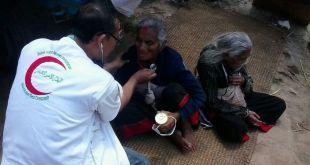 Relawan BSMI sedang melakukan pemeriksaan kesehatan kepada korban gempa di Nepal, Ahad (3/5) (IST)
