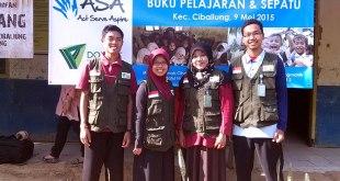 Penyerahan bantuan dari Komunitas ASA untuk Sekolah Guru Indonesia daerah penempatan Pandeglang Banten, Sabtu (9/5/2015). (Heriyanto)