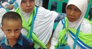 Dua sahabat karib almarhumah Painem (63) dan Safarini (50) saat berada di Asrama Haji Medan menunggu keberangkatan beberapa waktu lalu. (tribunnews.com)