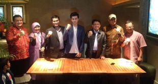 Presiden PKS M Sohibul Iman, Anggota DPR RI Sukamta, Novelis Helvy Tiana Rosa, Pemeran Gagah di film KMGP dan crew KMGP usai nobar di Planet Holyywood, Jakarta, Kamis (21/1/2016). (abr)