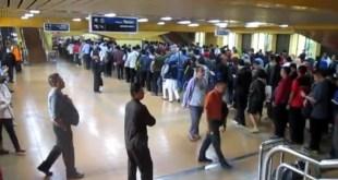 antrian-penumpang-di-stasiun