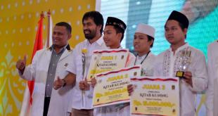 (Kiri ke Kanan): Ketua DPW PKS Aceh Ghufron Zainal Abidin, Wakil Gubernur Aceh Muzakir Manaf dan para emenang lomba baca kitab kuning di Milad PKS. (IST)