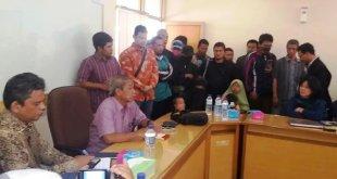 Keluarga Siyono membawa bungkusan uang yang diberikan Densus 88 saat mendatangi kantor Muhammadiyah Yogyakarta. (muhammadiyah.or.id)